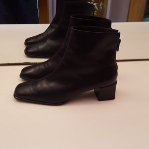 PETER KAISER BLACK LEATHER BACK ZIP BOOTIES NUC